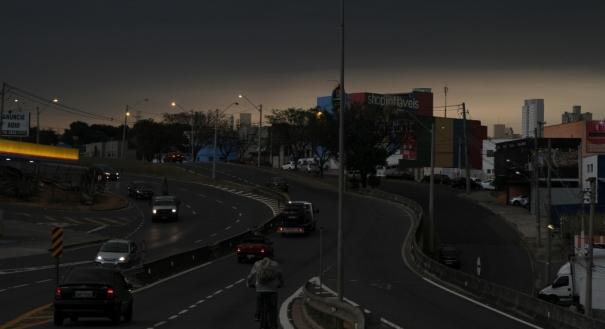 Queimadas no Paraguai e frente fria fazem dia virar noite em SP