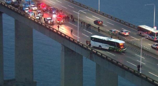 Homem armado ameaça passageiros na ponte Rio-Niterói