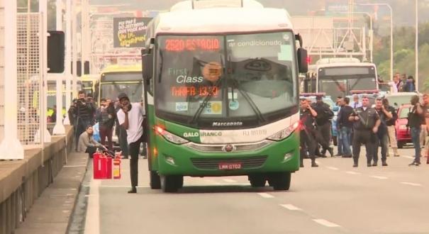 Sequestrador Willian Augusto da Silva fora do ônibus na Ponte Rio-Niterói