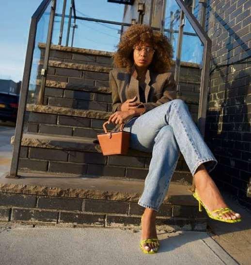 Sapatos de tiras finas permitem diferentes combinações