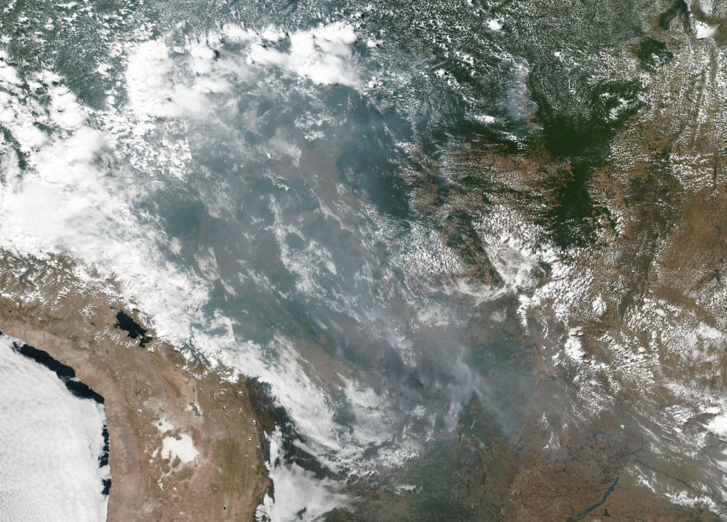 Essa imagem de fumaça natural e incêndios em vários estados do Brasil, incluindo Amazonas, Mato Grosso e Rondônia foi coletada pela NOAA . Crédito: Divulgação/Nasa
