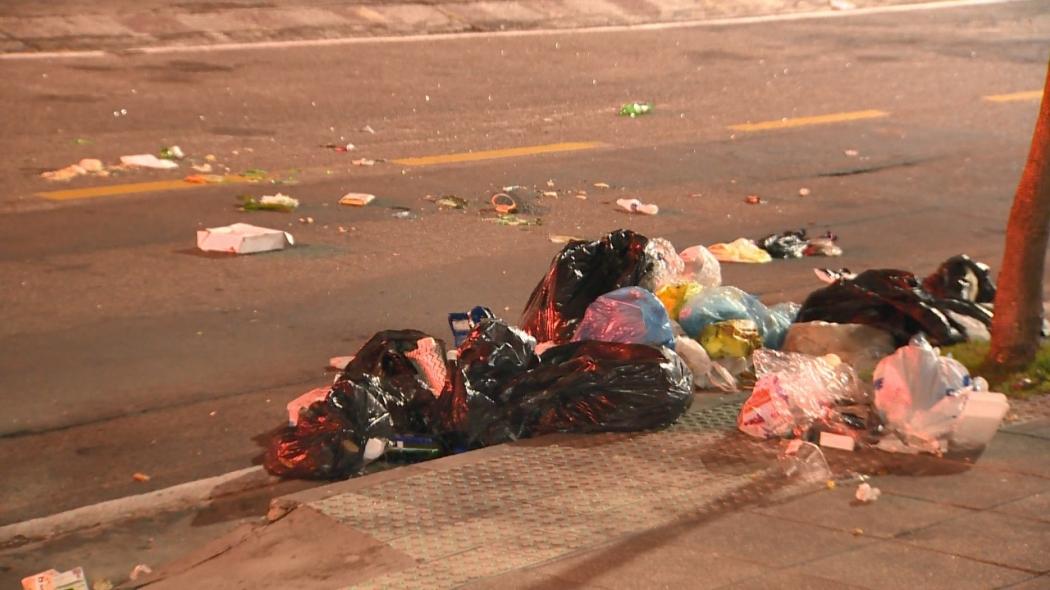 Morador de rua revirava o lixo em busca de comida quando foi abordado pelo policial civil. Crédito:   Reprodução/TV Gazeta