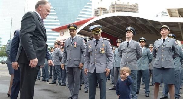 Filho de coronel dos Bombeiros rouba a cena durante formatura de Sargentos no ES. Crédito: Instagram/Casagrande_es