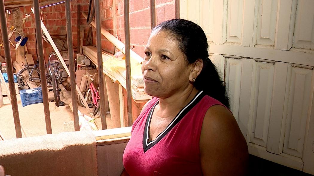 Luzia Vieira de Souza, de 52 anos, foi a primeira a ver a onça no quintal da casa