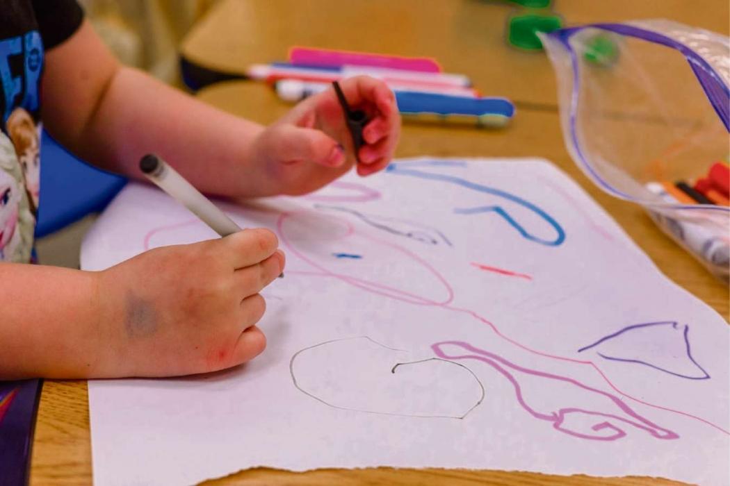 Criança desenha durante atividade na creche. Crédito: Erika Fletcher/Unsplash