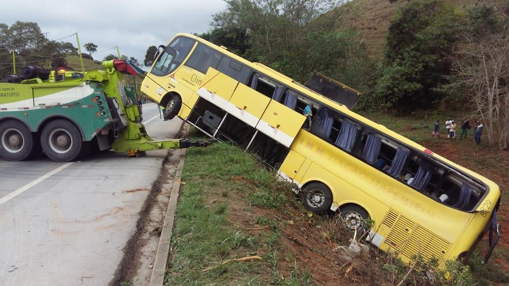 Acidente em Atílio Vivacqua: ônibus é rebocado pela Eco101. Crédito: Divulgação   PRF