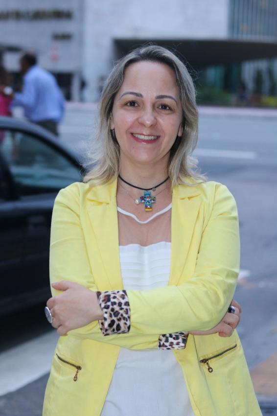 """Valéria Cristina Vilhena - doutora em Educação, História e Cultura, mestre em Ciências da Religião e socióloga. Realizou pesquisa,em 2009, sobre as mulheres evangélicas vítimas de violência, trabalho que  resultou na publicação de um livro, """"Uma igreja sem voz"""". Após o trabalho ela fundou um grupo, o """"Evangélicas pela igualdade de genero"""". Crédito: Arquivo pessoal"""