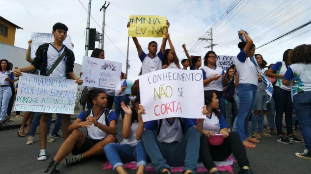 Alunos protestam em Vitória contra fechamento da Escola Viva São Pedro. Crédito: Caíque Verli