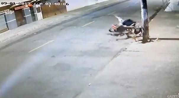 Acidente entre moto e poste na Serra. Crédito: Reprodução