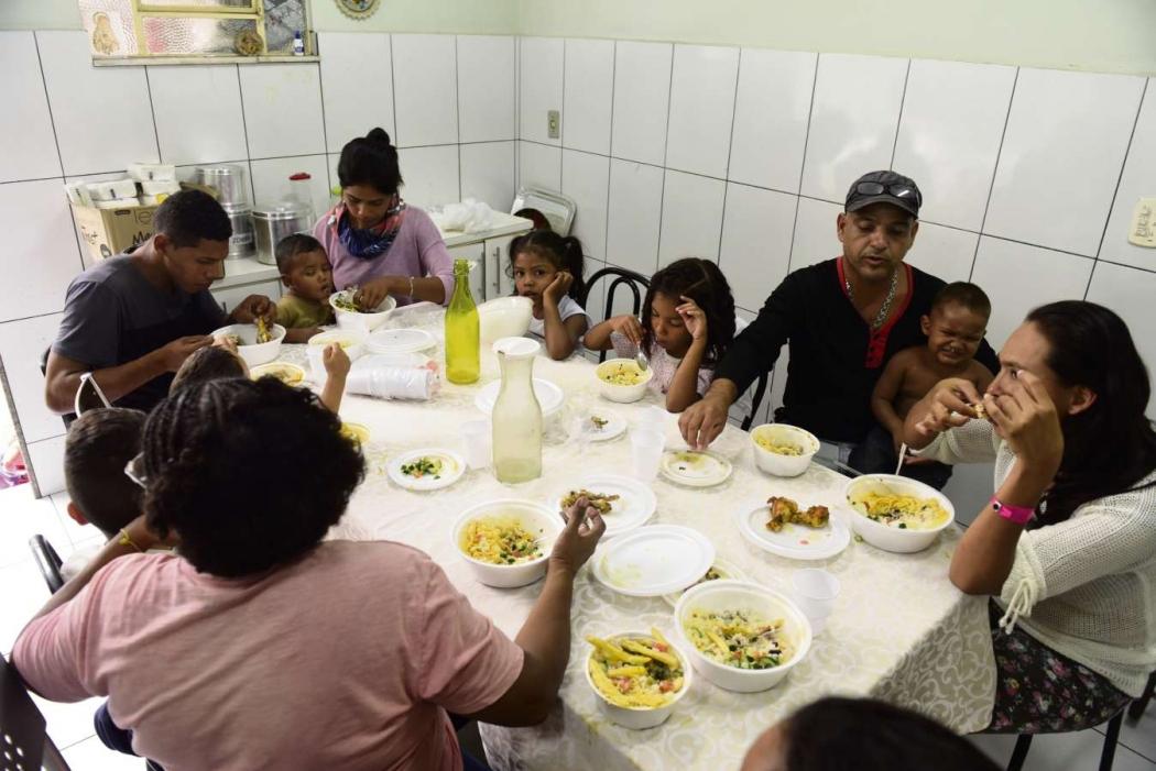 Venezuelanos que chegaram para trabalhar no Espírito Santo na primeira refeição em solo capixaba. Crédito: Ricardo Medeiros