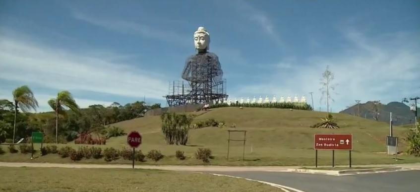 Construção de buda gigante às margens da BR 101, em Ibiraçu. Crédito: Reprodução | TV Gazeta