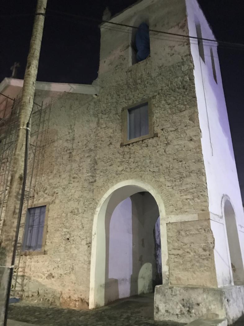 Com o tempo, as pedras originais foram cobertas por um reboco e as paredes pintadas de branco
