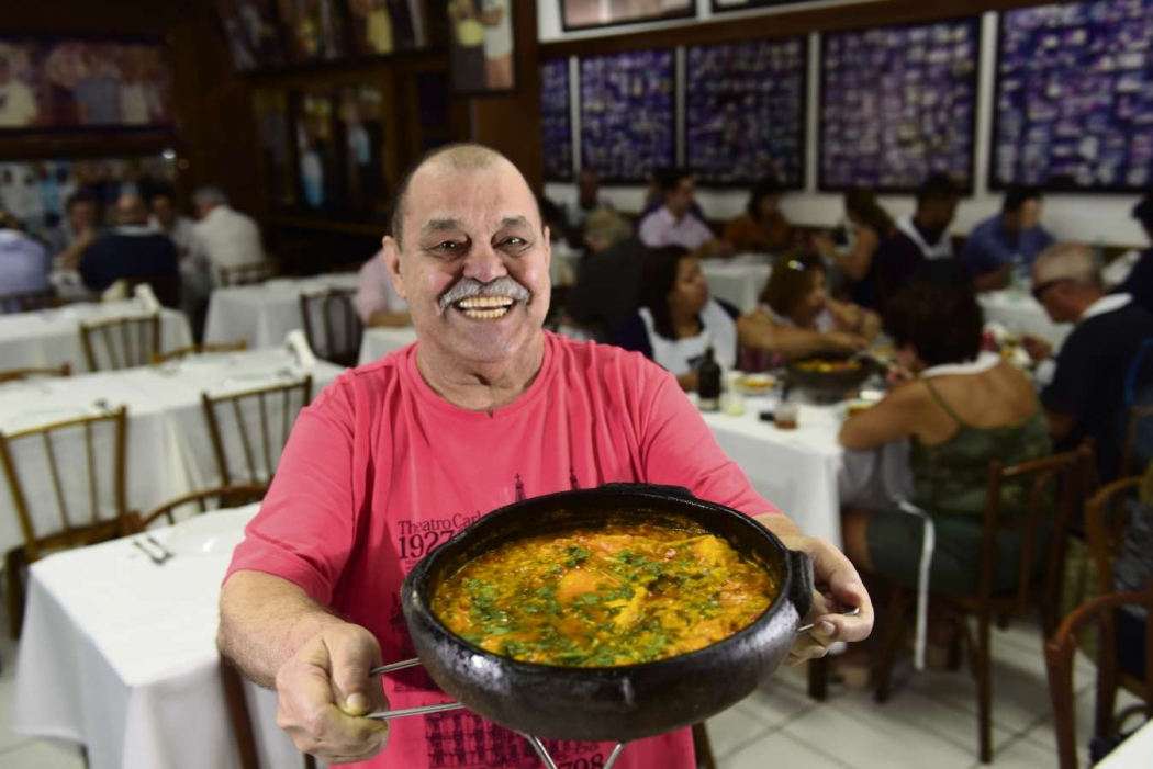 Hercílio Alves da Silva Filho, o Pirão, e sua famosa moqueca de peixe. Crédito:    Ricardo Medeiros