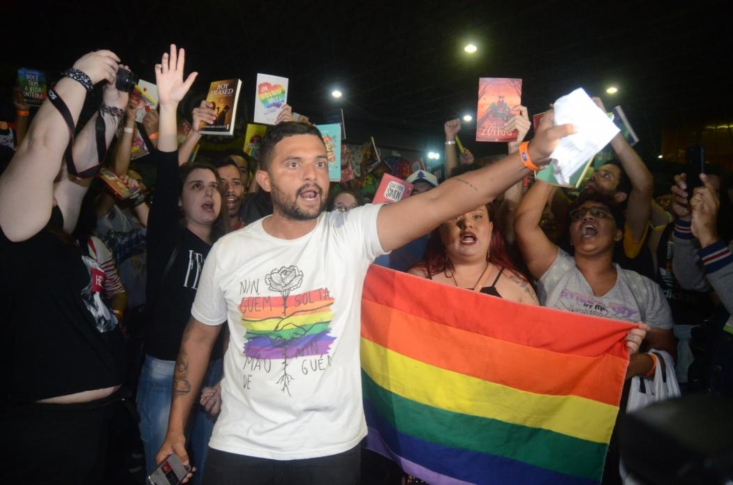 Ato público em protesto contra a censura ao Prefeito Marcelo Crivella realizado no final da noite neste sábado, na Bienal do Livro no Rio de Janeiro. Crédito: ADRIANO ISHIBASHI