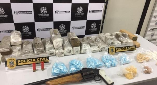 Polícia encontra drogas e arma debaixo de viaduto em Vila Velha