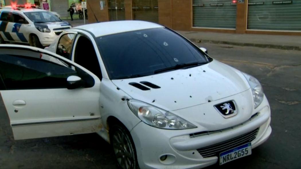 Carro onde jovem foi encontrado morto ficou cheio de marcas de tiros. Crédito: Fernando Estevão/ TV Gazeta