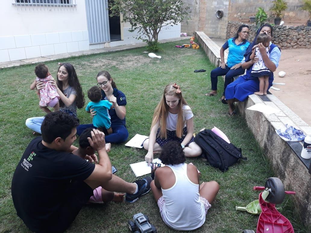 Integrantes da Liga da Alegria durante visita às crianças do Lar Mater Christi. Crédito: Divulgação | Liga da Alegria