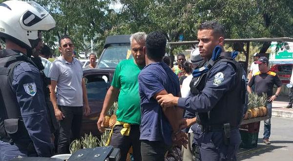 Motorista se irritou e agrediu agentes de trânsito após levar uma multa. Ele foi detido.