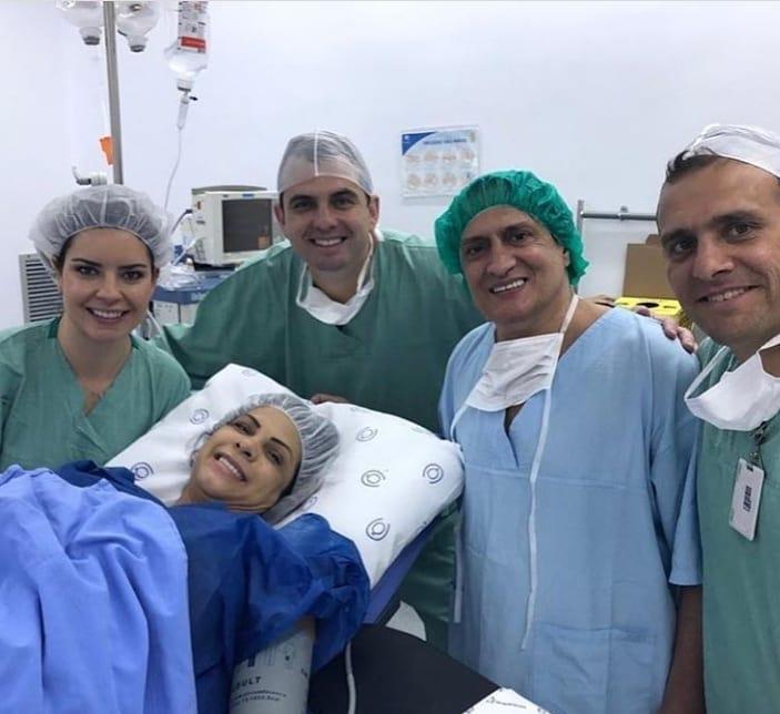 O ator e diretor Marcelo de Nóbrega, esposa e equipe médica no nascimento dos trigêmeos