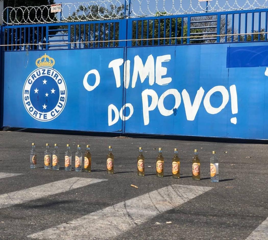 Torcedores deixaram garrafas de cachaça para jogadores do Cruzeiro