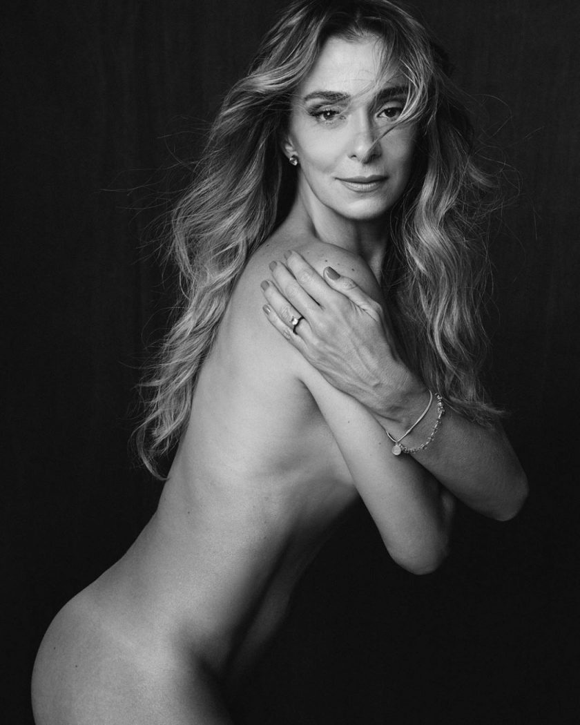 A atriz Mônica Martelli posa nua sob as lentes do fotógrafo Fábio Bartelt