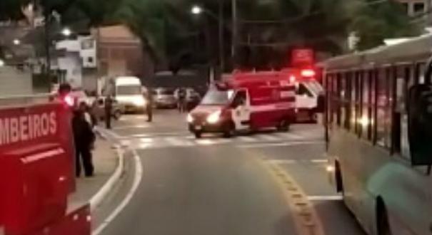 Caminhão tombou e cinco pessoas ficaram feridas na manhã deste sábado (14). Crédito: Internauta | Gazeta Online