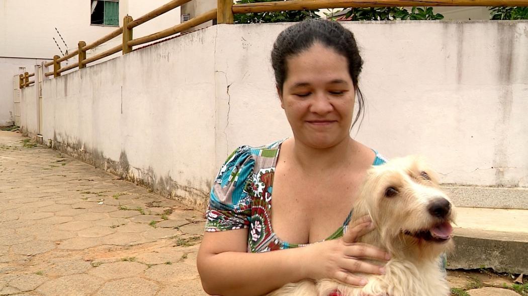 A dona de casa Juliana Gava Zanoni com o cachorro Alemão do Forró. Crédito: Reprodução | TV Gazeta Noroeste