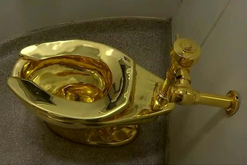 """Vaso sanitário de ouro """"América"""" é roubado de palácio no Reino Unido  . Crédito: NHK (emissora pública de televisão do Japão)"""