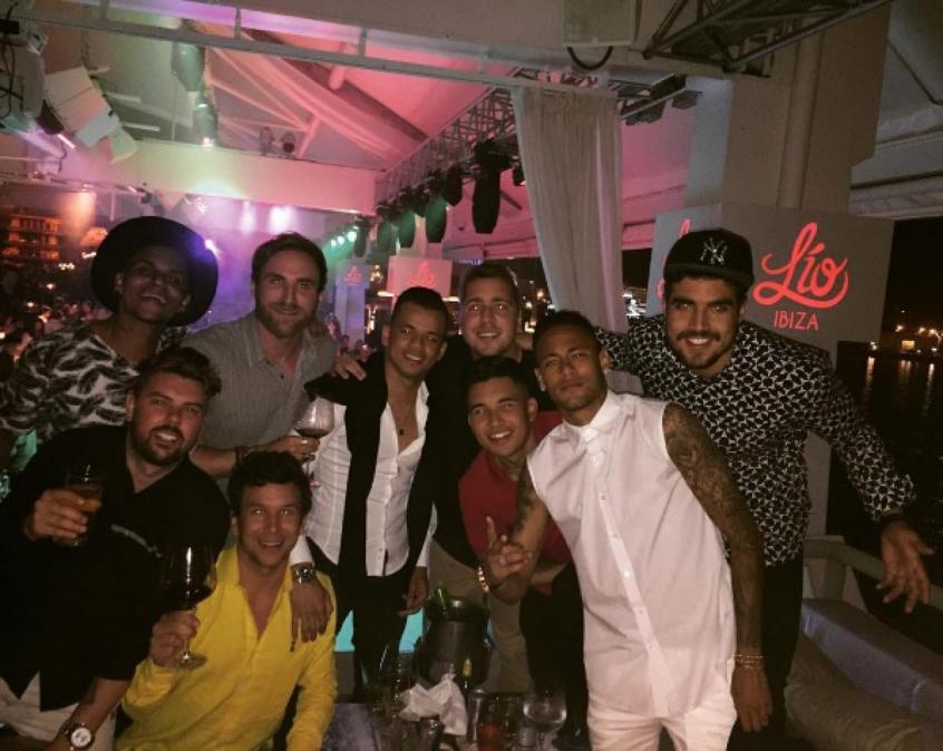 Neymar se diverte com os parças na presença do ator Caio Castro. Crédito: Reprodução/Instagram