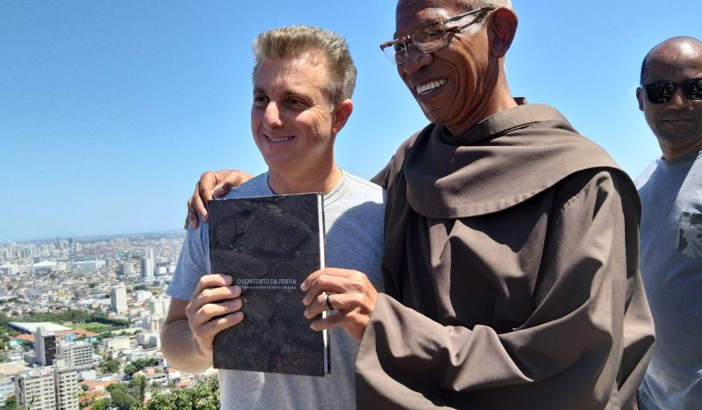 Gravando o quadro Lata Velha, no Convento da Penha, Luciano Huck foi recebido pelo Frei Pedro de Oliveira. Crédito: Cristian Oliveira