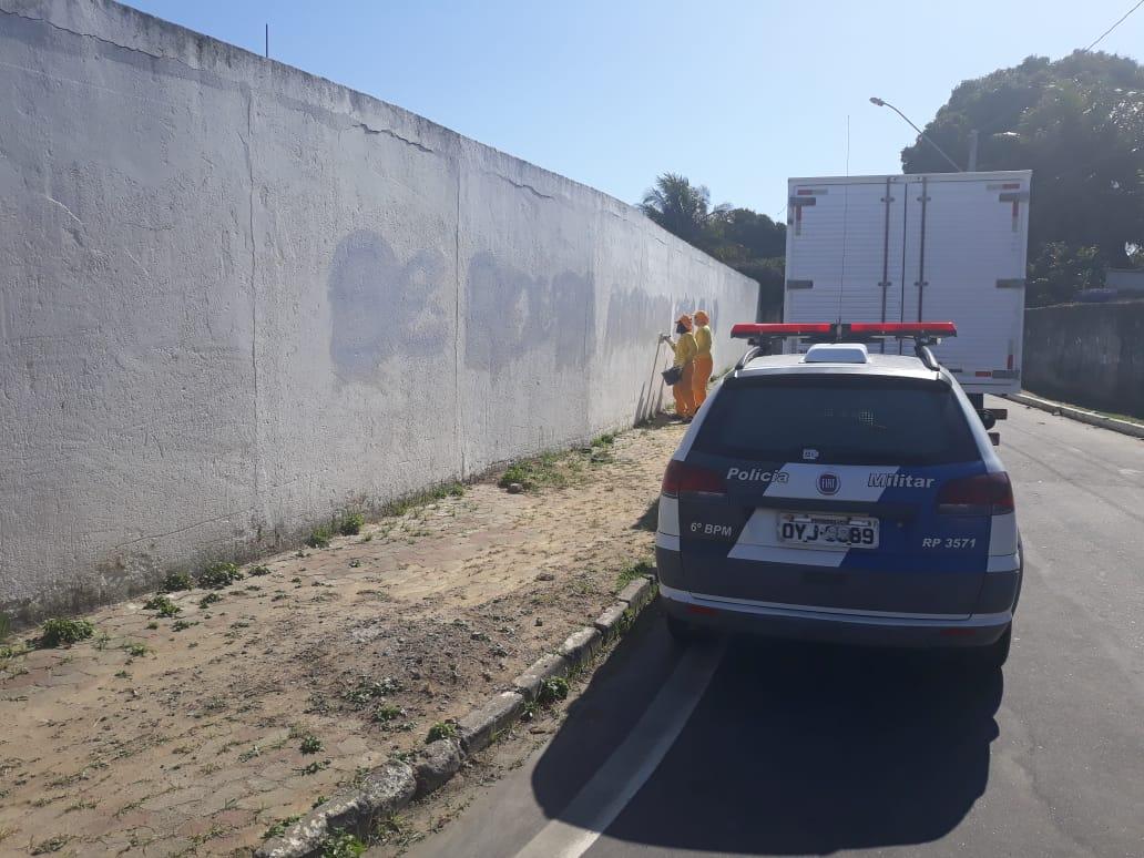 Funcionários da Prefeitura da Serra cobriram a pichação; serviço foi acompanhado pela PM. Crédito: Wellington Sotele