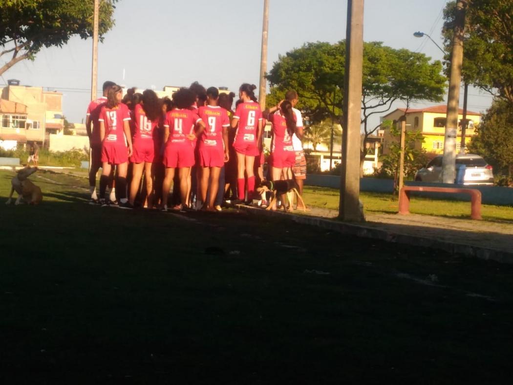 As meninas do Vila Nova se reuniram no campinho onde treinam, desta vez para serem personagens das gravações . Crédito: Murilo Cuzzuol