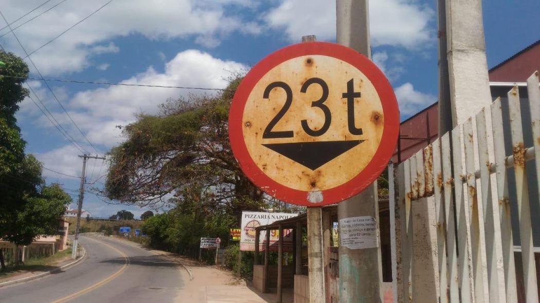 Placa informando o limite máximo de peso permitido na ponte Flodoaldo Borges Miguel. Crédito: José Renato Campos