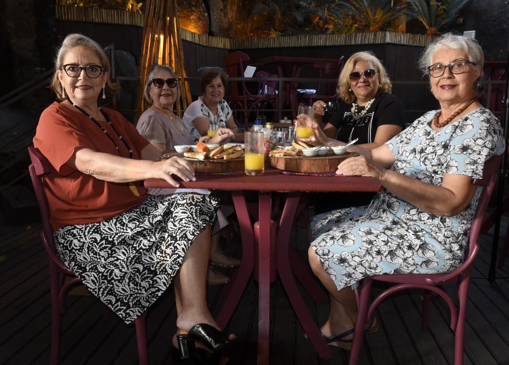 A partir da esquerda, Rita Vieira, Sonia Noronha, Gilza Hertel, Eartha Lins e Eugênia Noronha: celebrando a amizade com um café. Crédito: Vitor Jubini