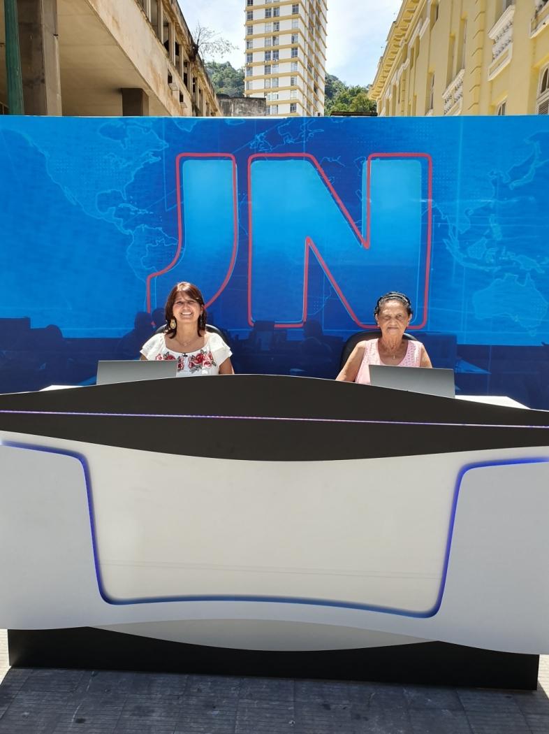 Réplica da bancada do Jornal Nacional foi colocada no Centro de Vitória, ao lado do Teatro Carlos Gomes para comemorar os 50 anos do telejornal e divulgar o programa Capixabas no JN, da TV Gazeta. Crédito: Mauro Noda