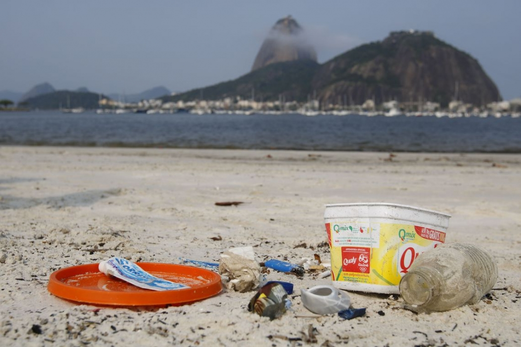 Lixo vindo do mar coletado na areia da praia de Botafogo. Crédito: Fernando Frazão/Agência Brasil