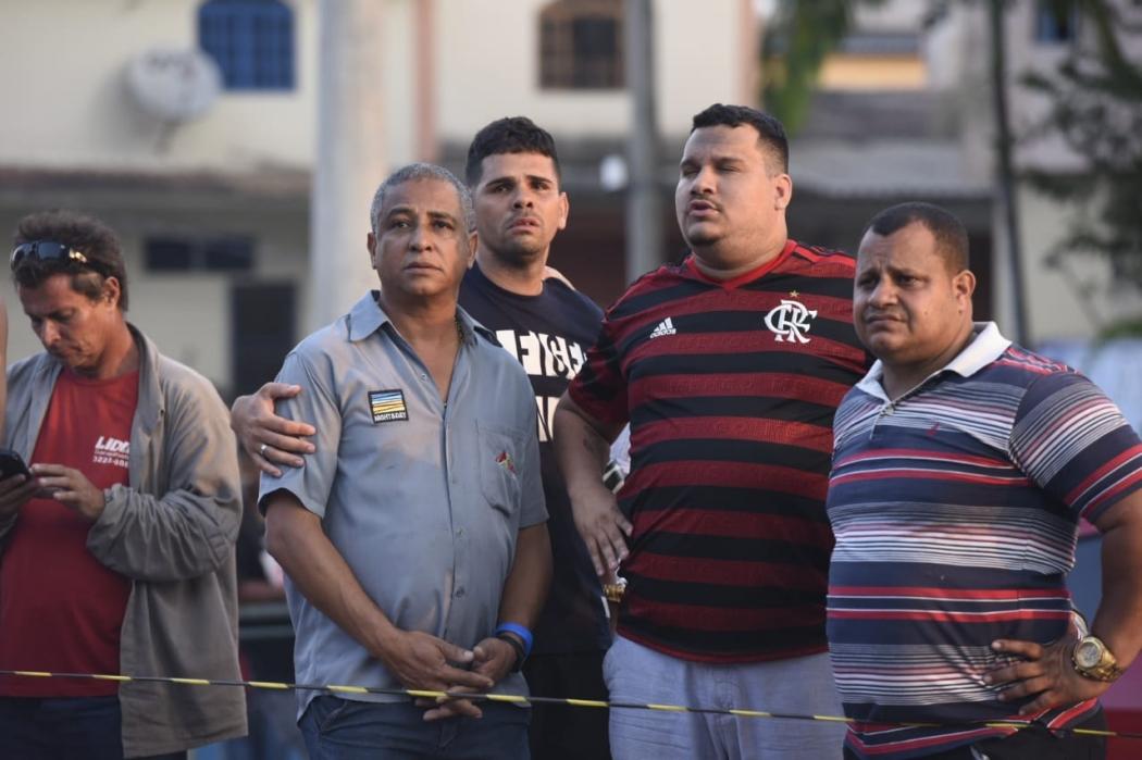 Moisés, de camisa cinza, sendo consolado por amigos e funcionários durante incêndio. Crédito: Carlos Alberto Silva