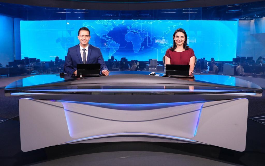 O âncora da TV Gazeta Philipe Lemos e a jornalista Ana Lídia Daibes, de Rondônia, na bancada do Jornal Nacional. Crédito: Twitter/@gazetaonline