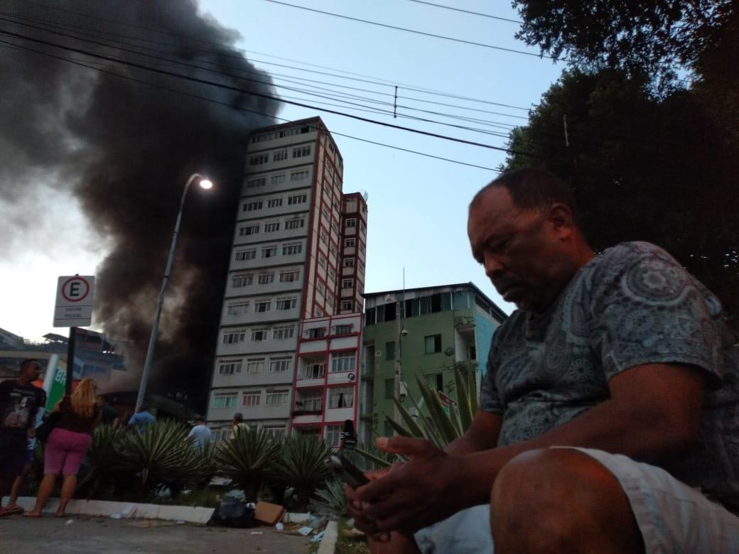 Incêndio na Vila Rubim: o portuário, Antonino Pereira da Silva, de 59 anos, relata que mora próximo ao galpão que pegou fogo e devido ao calor, só deu tempo de pegas as chaves da residência e sair correndo. Crédito: Esthefany Mesquita