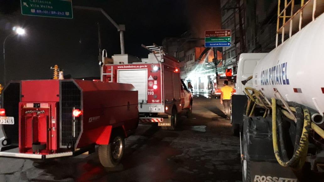 Incêndio na Vila Rubim: água e gerador de energia chegam para auxiliar no combate as chamas e iluminação do local. Crédito: Carlos Alberto Silva