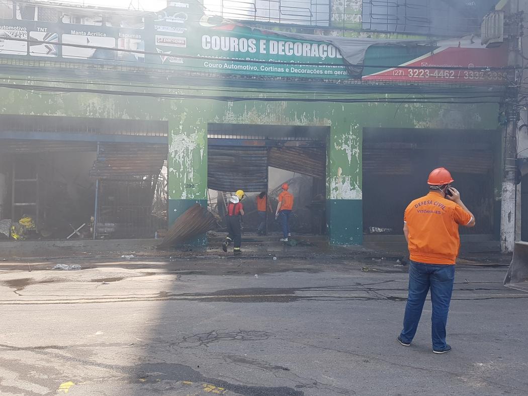 Defesa Civil faz avaliação em loja incendiada neste sábado. Crédito: José Carlos Schaeffer