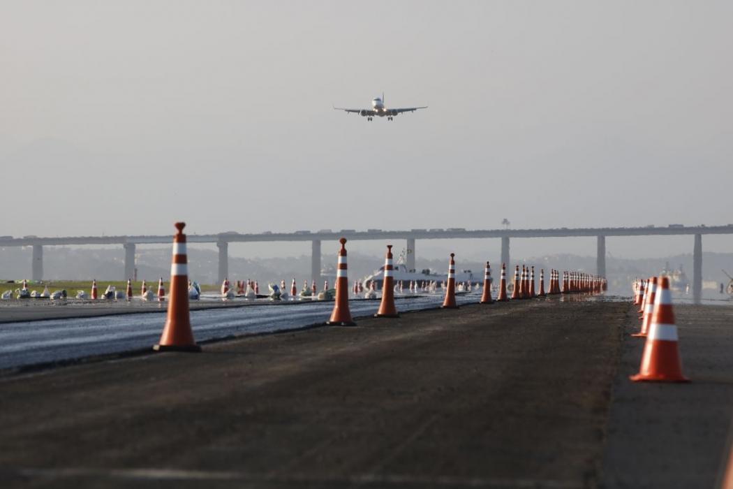 Avião da Azul pousa no Aeroporto Santos Dumont durante o período de obras de pavimentação com asfalto poroso  na pista principal. . Crédito: Fernando Frazão/Agência Brasil