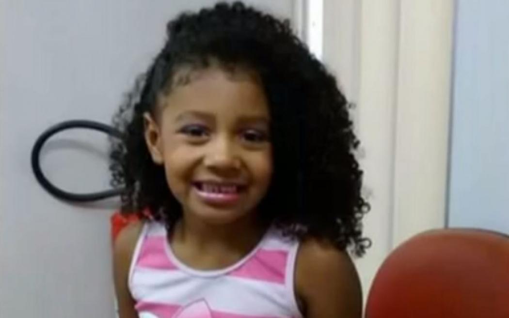 Menina de 8 anos estava em uma kombi na Fazendinha, no Complexo do Alemão, quando foi baleada. Crédito: Reprodução