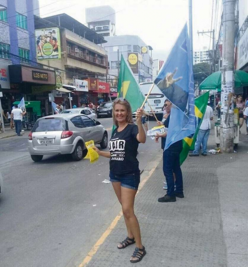 "Crisley Valle, apoiadora do então candidato Jair Bolsonaro (PSL): ""Eles (pessoas de esquerda) acham normal liberar as drogas, o aborto. E eu sou conservadora. Seria uma Guerra Fria ideológica"". Crédito: Facebook Crisley Valle"