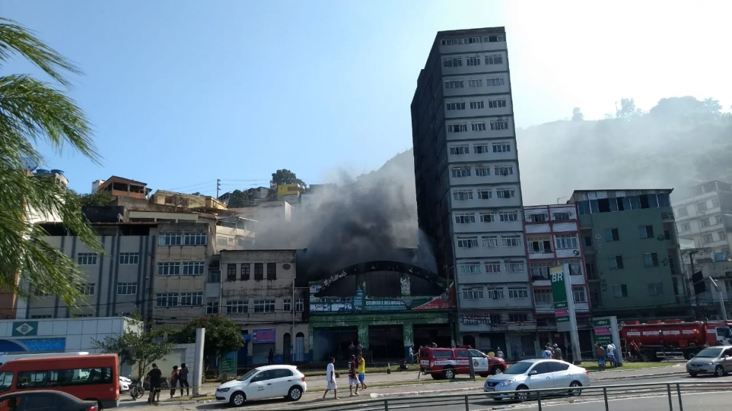 Muita fumaça na manhã deste sábado após incêndio na Vila Rubim. Crédito: Vitor Jubini
