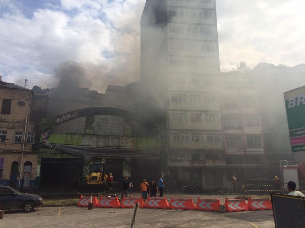 Bombeiros atuam na retirada de entulhos e ferragens de loja incendiada. Crédito: Adalberto Cordeiro