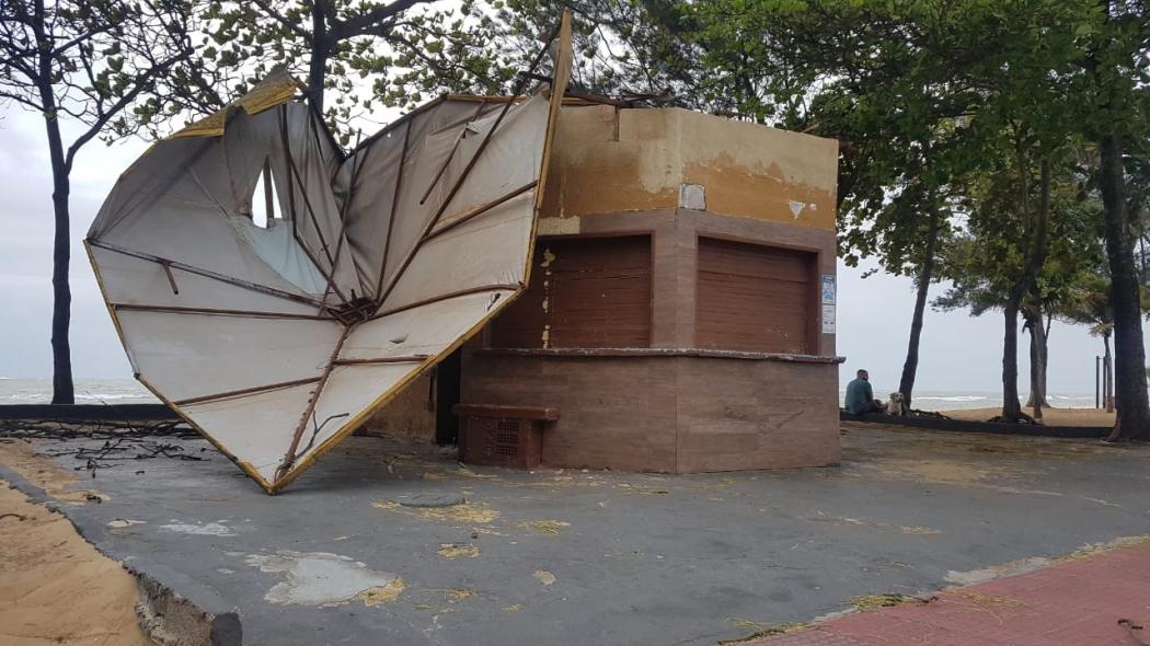 Cobertura de quiosque foi arrancada pela força do vento na Praia de Itaparica. Crédito: Caíque Verli