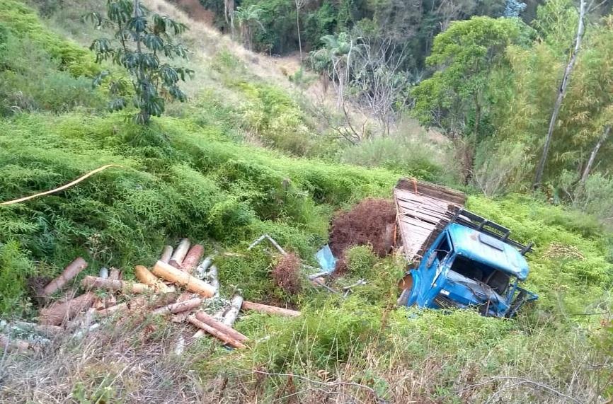 Motorista morre após tombar com caminhão em ribanceira da Zona Rural de Santa Teresa. Crédito: Polícia Militar