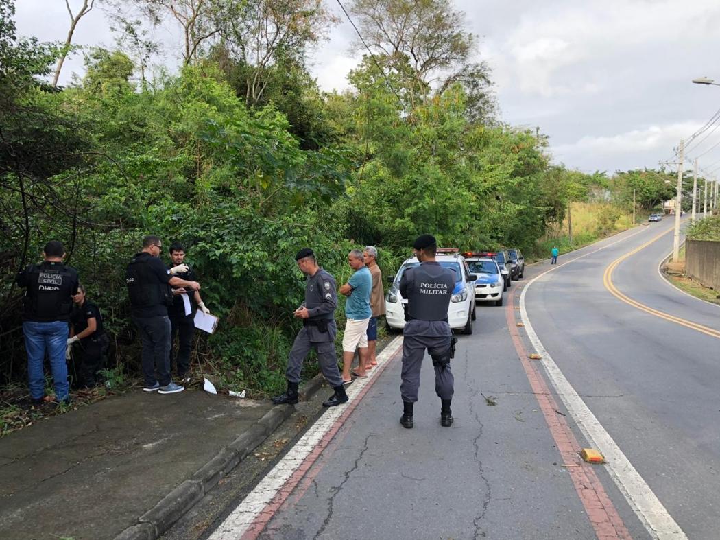 Corpo é encontrado às margens da Rodovia Serafim Derenzi, em Vitória. Crédito: Diony Silva/TV Gazeta