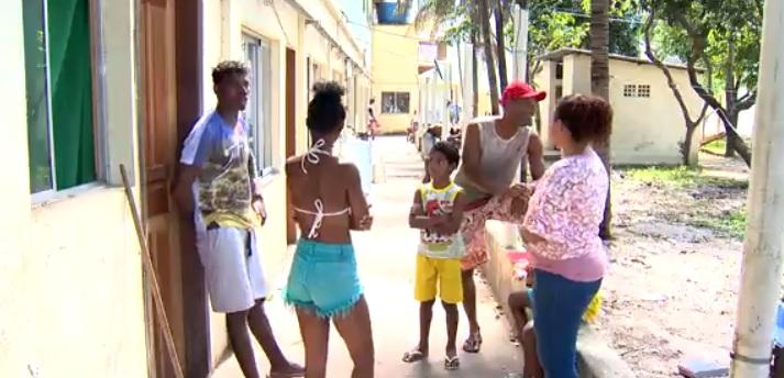 Famílias alojadas num espaço do Centro de Referencia de Assistência Social de Vila Velha (Cras), aguardam respostas da Prefeitura de Vila Velha . Crédito: TV Gazeta